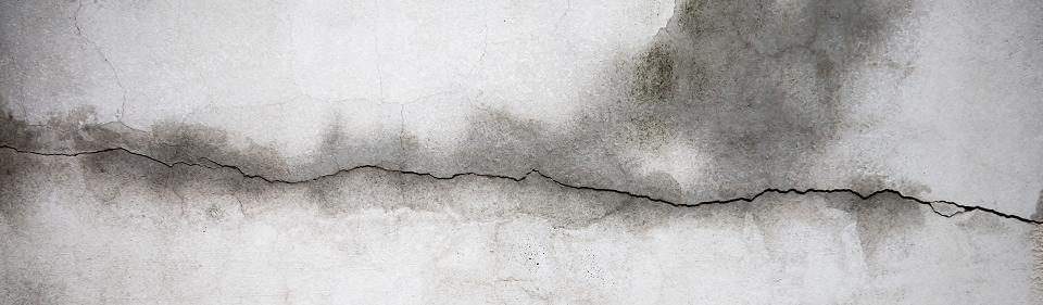 scheur in muur door lekkage